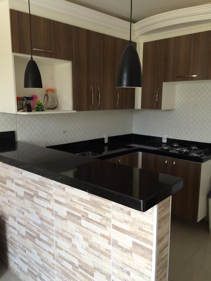 Projeto Lindo e autoral!! Cozinha toda em Granito Preto São Gabriel com iluminação de pendentes no balcão, estilo americano!