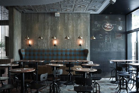 Designé par Yenn Wong, la pizzeria et bar MATTO c'est aussi beau que bon ! Ce lieu dépeint dans le paysage de la ville, ayant évité le style futuriste pour un style plus charme d'époque. Meubles et décoration sont un mariage gagnant de vintage, récup' et design industriel.