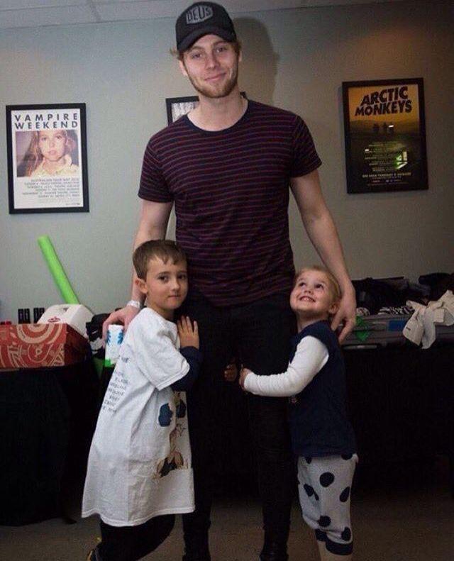 That little girl is so me she looks like OH MY GOD I'M HUGGING LUKE HEMMINGS 😱😱😱😱😱