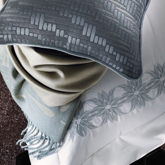 Модный дом Frette предлагает оригинальные предметы декора для спальни. Пледы, декоративные наволочки различных фактур и материалов сделают вашу комнату отдыха ещё более уютной. Действует финальная скидка -50% на коллекцию Весна/Лето 2016. #beautiful #style #chic #comfort #home #дизайн #интерьер #фретте