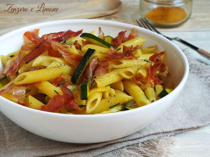 Pasta alla curcuma con zucchine e speck croccante