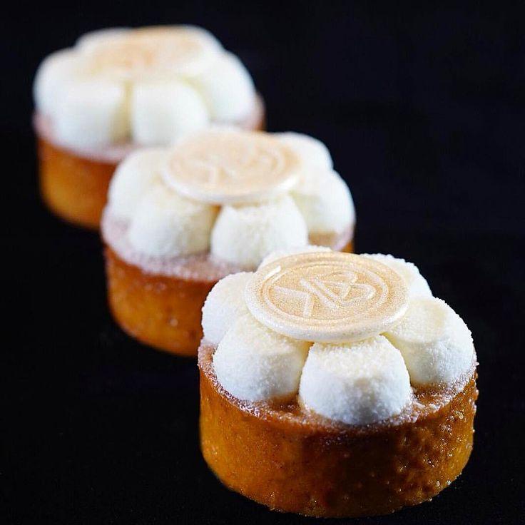 Les tartes à la vanille en 4 textures: pâte sucrée à la vanille- Praliné coulant amande vanille- crémeux vanille- biscuit moelleux à la vanille- crème sublime à la vanille... #tarte #sublime #vanille #sogood #yummy #ellevirepro #creme #mascarpone #normandie #delicious #mydubai