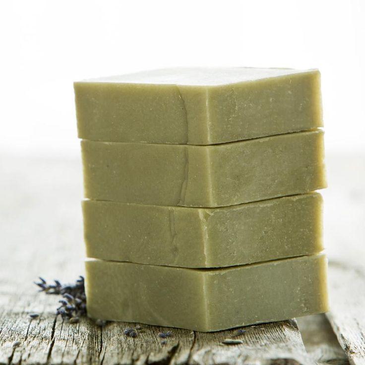 Como fazer sabão de argila verde. O sabão de argila verde é altamente benéfico para tratar as impurezas do rosto e os pontos pretos. Suas propriedades absorventes e antioxidantes fazem dele um sabão facial perfeito para tratar as pele...