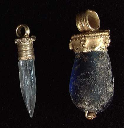 2 ROMAN GOLD PENDANTS WITH SETTINGS, ca. 1st-3rd century. The first with an aquamarine colored natural crystal of semi-precious gemstone, the second with a blue glass bead.