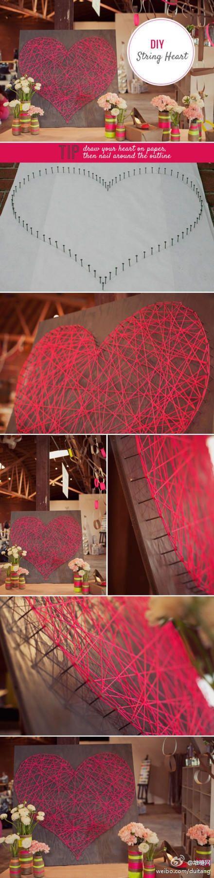 Une planche en bois joliment peinte, des clous plantés en forme de coeur, du fil…