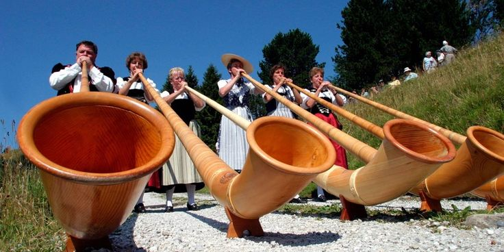A tour of the alphorn workshop will provide substantial insight into this traditional instrument. Interested visitors can learn first-hand about customs and traditions in the Emmental Region.