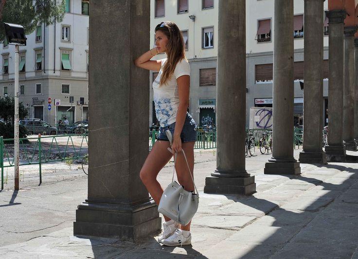 Firenze, borsa secchiello Krole, sneakers Effetti Personali, t-shirt Gisel Milano, pantaloncini jeans bershka, occhiali da sole John Richmond