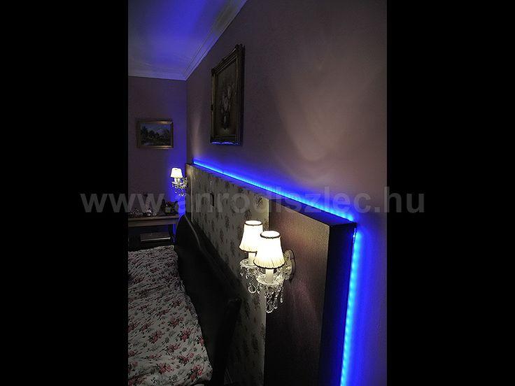 RGB LED szalagos színváltós fény az ágy háttámláján.