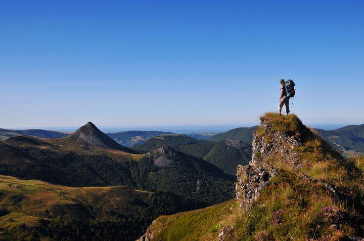 Région au patrimoine naturel exceptionnel, l'Auvergne dévoile ses paysages sauvages entre massifs volcaniques, rivières serpentant à travers la forêt et lacs aux eaux cristallines. Destination nature aux vertus régénératrices, prenez un grand bol d'air pur en Auvergne.
