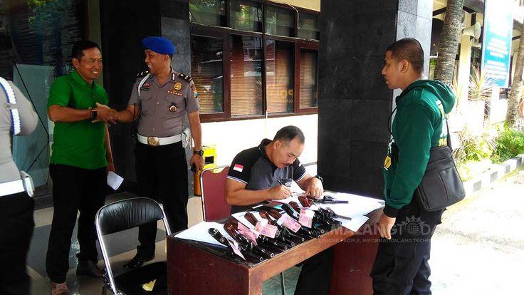 Sebanyak 131 Senpi Anggota Polresta Diperiksa, Beberapa Ditarik. Ada Apa? https://malangtoday.net/wp-content/uploads/2017/02/pemeriksaan-senpi-mapolresta-malang.jpg MALANGTODAY.NET– Polres Kota Malang melakukan pemeriksaan dan pengecekan senjata api (Senpi) yang dibawa 131 anggotanya. Sebanyak 131 senjata jenis revolver itu didata ulang dan sebagian dilakukan penarikan. Kasi Propam, Ipda Djoko Agus mengatakan pemeriksaan dilakukan untuk mengetahui... https://malangtod