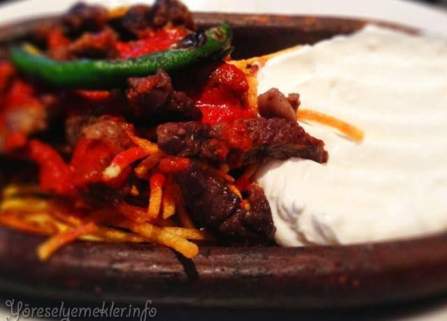Türk Dünyası Yemekleri Çökertme Kebabı: Dana Biftek - 200g Yoğurt - 2 Su Bardağı Patates - 2 Adet (Orta boy) Su - 1/2 Su bardağı Tuz - Sıvı yağ - Kızartmak için Üzerine : Tereyağ - 1 Çorba kaşığı Kırmızı biber - 1 Tatlı kaşığı (Toz) Hazırlanışı: Patatesleri ince ince doğradıktan sonra sıvı yağ'da kızartın. Bifteği de parmak kalınlığında parçalar halinde doğrayıp kızarttıktan sonra yoğurt ve suyu bir kaba alın. Kaptaki yoğurt ve suyu iyice çırpıp tabağa dökün. Yoğurdun üzerine kızartmış…