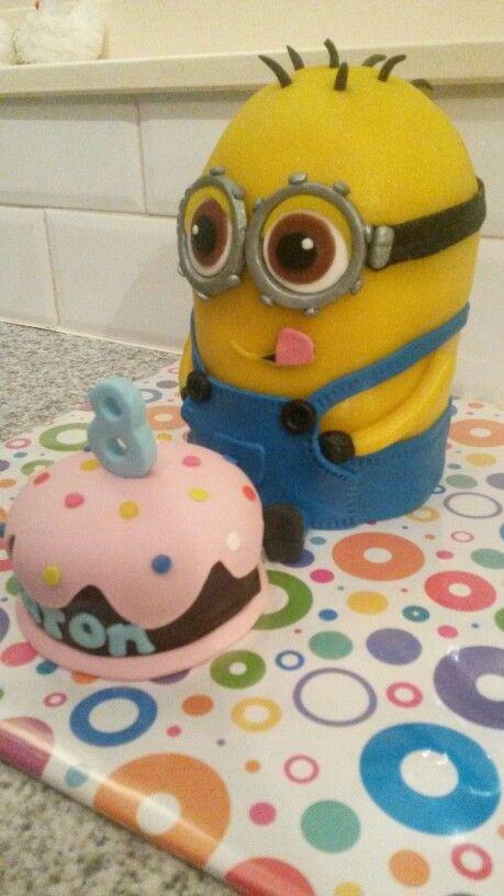 Minion taart met verjaardagstaartje