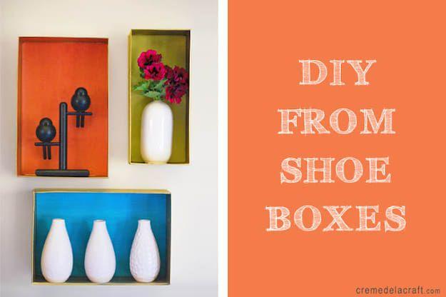 Pinta el interior de la caja de zapatos con pintura en aerosol y exhibe objetos livianos.