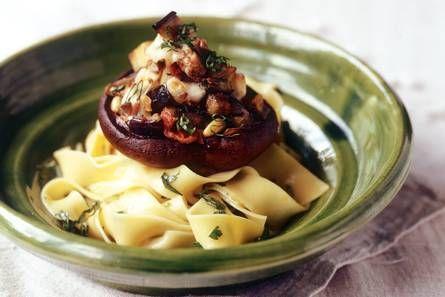 Portobello gevuld - 2 portobello's, 1 aubergine, knoflook, semi-zongedroogde tomaten, 1 bol mozzarella, verse basilicum, pijnboompitten, sjalotten, evt. extra champignons, peper en zout - oven 190 °C, snijd de portobellosteeltjes in stukjes. verhit olie, fruit sjalotten en knoflook, bak de aubergine 5 min, meng met de tomaten, peper, zout en  basilicum. Vul de portobello's, bestrijk de randen met 1 eetlepel olie. Zet in een braadslee, strooi pijnboompitten en mozzarella erover en bak in 30…