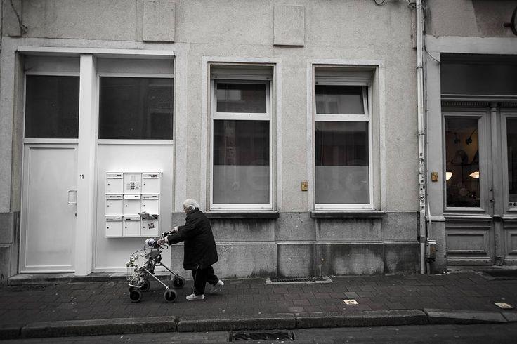 Is Antwerpen dan alleen maar vreugde winkelen prachtige winkels verleidelijke horeca kunst en cultuur? Nee natuurlijk. Zoals in elke grote stad is er ook criminaliteit eenzaamheid en armoede. De welvaart overkomt lang niet iedereen. #photography #travelphotography #traveller #canonnederland #canon_photos #fotocursus #fotoreis #travelblog #reizen #reisfotografie #travelwriter#fotoworkshop #willemlaros.nl #landschapsfotografie #antwerpen #vlaanderen #visitantwerp #fbp