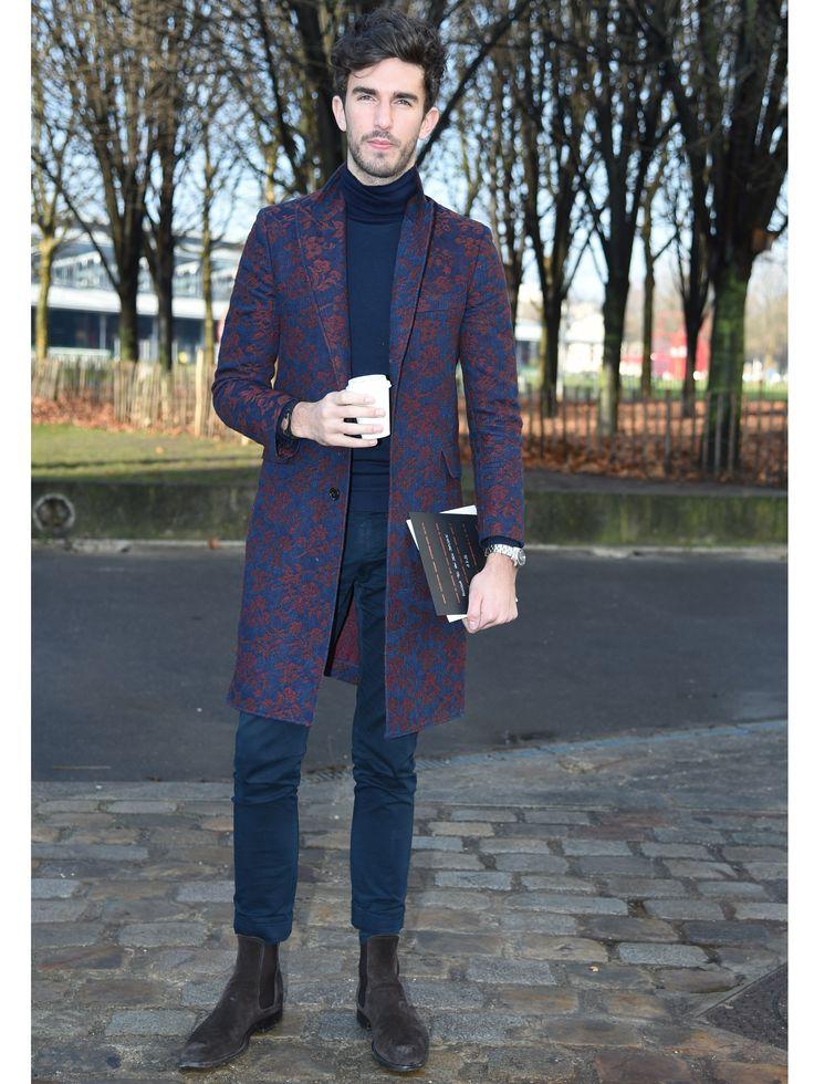 """Tout en simplicité, cet homme fait le job côté look... En col roulé et pantalon velours, il réussit à être """"fashion"""" grâce à sa veste longue et imprimée. Ce qu'on adore : le col roulé avec la veste chic. Et une femme pourrait porter les mêmes vêtements."""