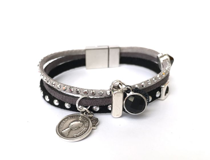Uniek handgemaakt armbandje, bedels en bling. Zwart met studs, lichtgrijs strass, donkergrijs. I Bling 24