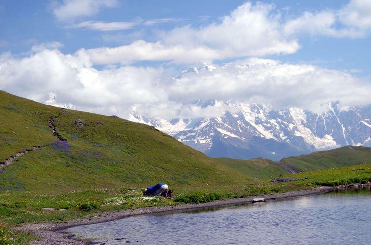 """Если вы присмотритесь, то на фото увидите """"муки истинного фотографа"""". Иногда и так тоже создаются красивые фотографии)  С уважением к приключениям, команда hikeup.net"""