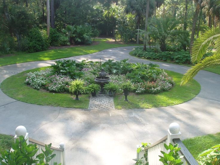 17 best ideas about circle driveway on pinterest for Driveway landscaping