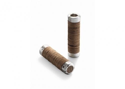 Håndtak til sykkelstyret (grips) i lær fra Brooks England. Består av en aluminiumskropp med lær.  Perfekt for å friske opp et gammelt sykkelstyre og gir det et elegant uttrykk. Kommer ibrown (mørk brun) farge.   Lengde: 130mm+130mm. Hver grip kan forkortest til 80mm med utstyr som medfølger. Da passer de perfekt til gripsshift gir.   Indre diameter: 22.2mm  Vekt: 290g per par  Produsert i Italia    Utfyllende informasjon på e...