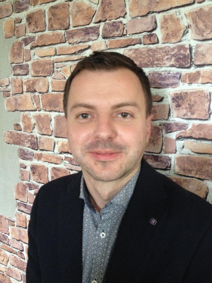 Marek Gawęcki  Od 2014 roku zajmuje pozycję Global Senior Sales Operations Manager, koordynując globalnie pośredni kanał sprzedaży.
