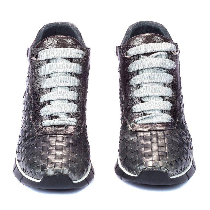 Sneakers de piel trenzada en diferentes colores. Encuéntralas en Kess Shoes.