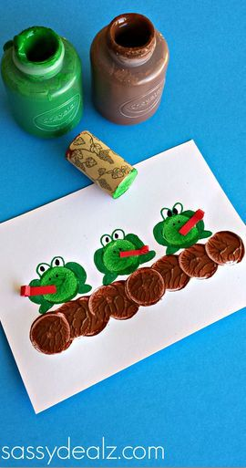 Make Frogs Using a Wine Cork as a Stamp #kidscraft | CraftyMorning.com