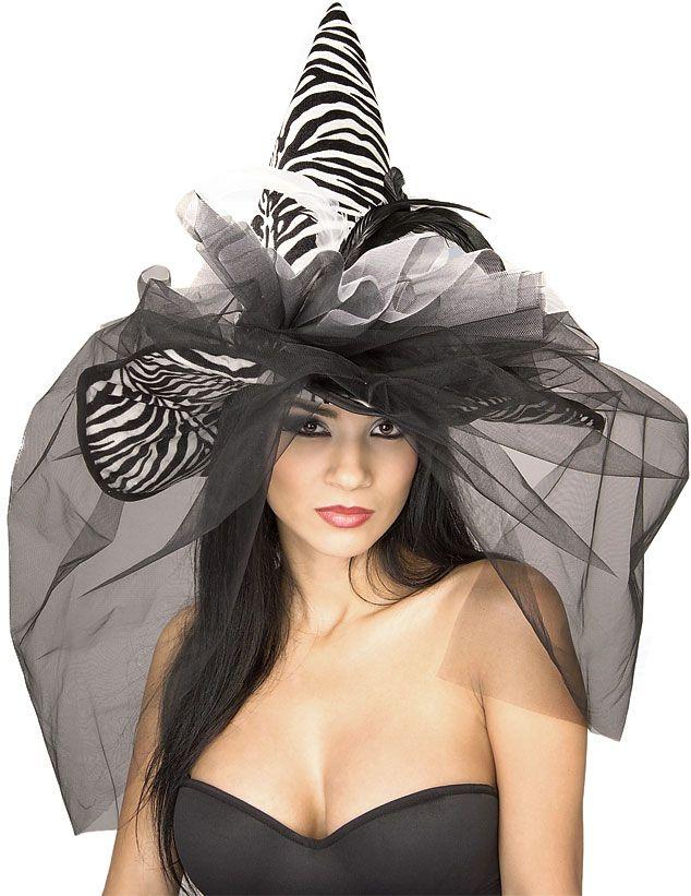Seepra Noitahattu. Upea seeprakuosilla ja röyhelöillä ja hunnulla koristeltu hattu.