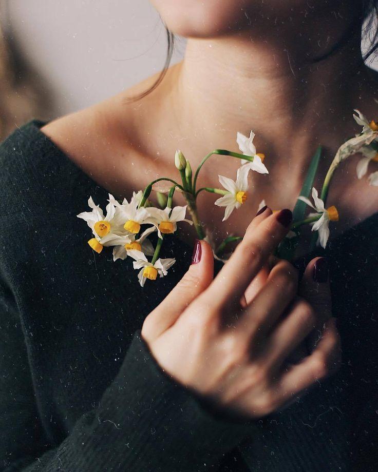 Фото женская рука с цветами