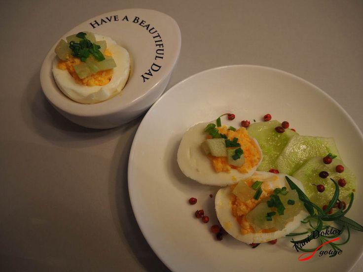 Jaja faszerowane żółtkiem i zielonym ogórkiem