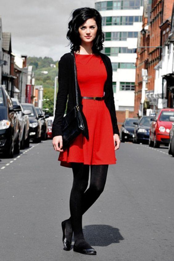 Красное платье с черными колготками