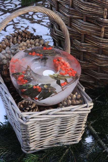 Sjarmerende jul: Rognebær islykt ~ Frozen berry wreath in a basket of pinecones