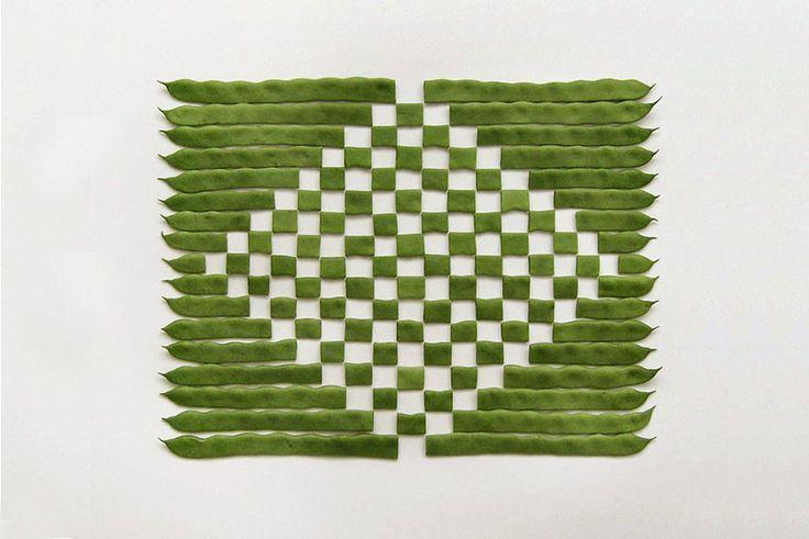 Свои композиции художник делает из фруктов, овощей и других предметов, которые обычно мы употребляем в пищу. Разрезая их на дольки, он создает геометрические рисунки, привлекающие внимание.