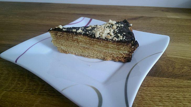 Sękacz to jedno z moich ulubionych ciast. Niestety w warunkach domowych, nie da się zrobić takiego prawdziwego. Jest jednak rozwiązanie. Można go w prosty sposób upiec w piekarniku. Pieczenie tego ciasta jest trochę czasochłonne ale warto. U mnie ciasta już po 2 godzinach nie było:)