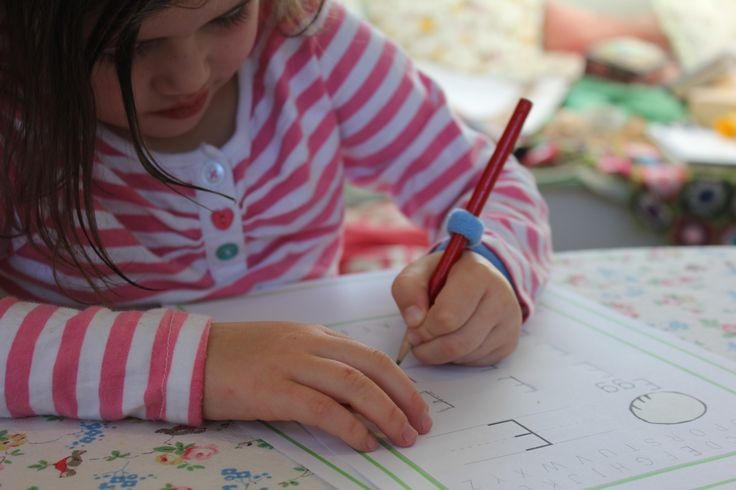 The writing helper enables children to concentrate on their letters instead of their pencil.
