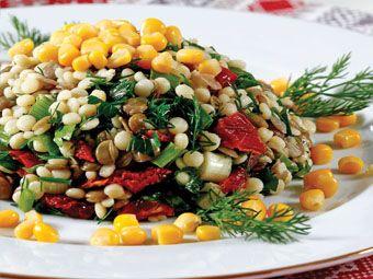 Yeşil Mercimekli Kuskus Salatası Malzemeler: 1 su bardağı yeşil mercimek 1 su bardağı kuskus 4 – 5 dal maydanoz 4-5 dal dereotu 4-5 dal taze soğan 6 adet kurutulmuş domates Haşlanmış mısır Zeytinyağı Tuz Karabiber Yeşil Mercimekli Kuskus Salatası Hazırlanışı: Bir gece önceden ıslatılmış yeşil mercimeği haşlayın. Başka bir tencerede kuskusu pişirin. Pişmiş olan kuskus ve mercimeği bir kaseye alın. İnce doğranmış maydanoz, dereotu ve taze soğanı ilave edin. Domates kurularını sıcak suda…