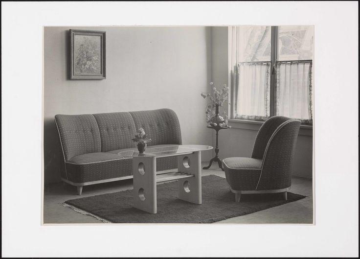Interieur woonkamer met gestoffeerde meubels en salontafel 1951-1959