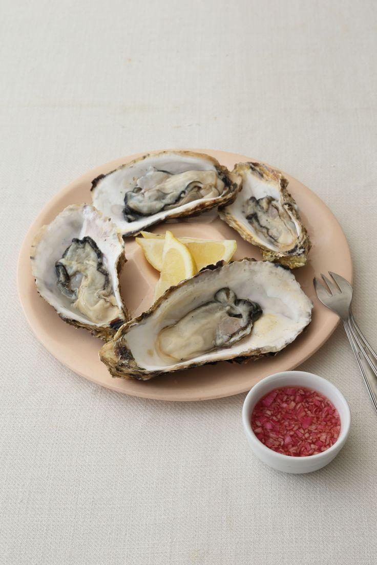 フランス定番のソースをかけると 赤ワインにもチャレンジできる味わいに  <材料 2人分> 生牡蠣 6個 エシャロット(みじん切り) 大さじ1 赤ワインビネガー 大さじ2  <作