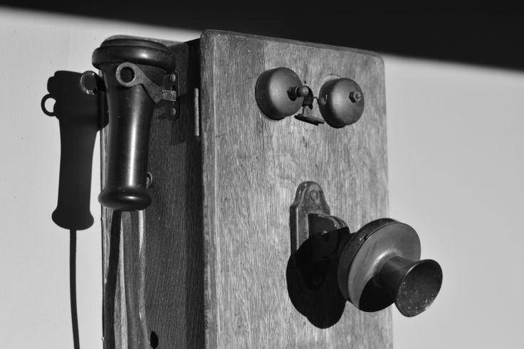 teléfono  blanco y negro antiguo