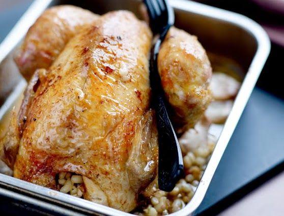 Poulet farci aux coquillettes et foie gras 1. Faites cuire les coquillettes à l'eau bouillante salée en les gardant al dente. Égouttez-les et arrosez d'eau froide. Coupez le foie gras décongelé en cubes et faites-les dorer dans une poêle chaude, 1 min. Hors du feu, ajoutez les coquillettes et le persil ciselé, salez, poivrez et mélangez. 2. Préchauffez le four à 180 °C (th. 6). Dans une cocotte, faites dorer le poulet de toutes parts dans la graisse de canard. Laissez-le tiédir puis…