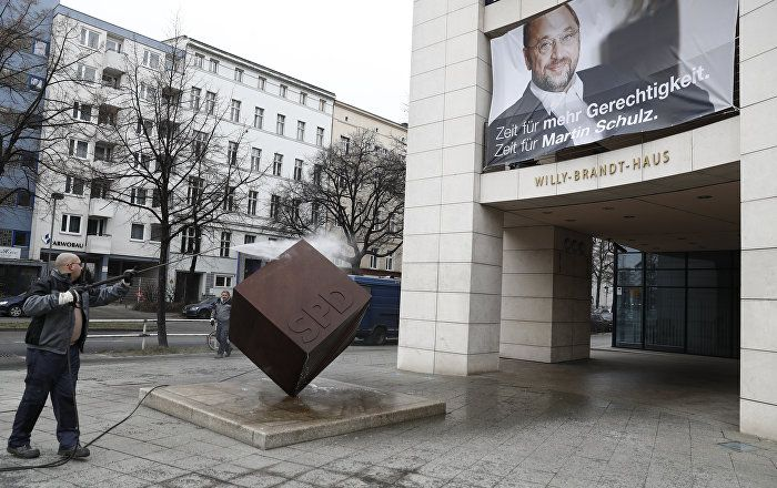 """Durch alle Kanäle läuft zur Zeit der """"ARD-Deutschland-Trend"""" und der sieht den Kanzlerkandidaten der SPD als Sieger im Vergleich zur amtierenden Kanzlerin: 50 Prozent der Befragten hätten bei einer Direktwahl lieber Martin Schulz als Kanzler. Nur 34 Prozent möchten noch ein paar Jahre Merkel absitzen."""