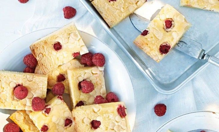 Denna måste ni prova, löjligt gott! Vit chokladbrownie med hallon – mums!