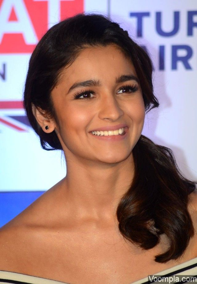 Alia Bhatt looks so pretty in an off shoulder top with a loose ponytail, given by hairstylist Ayesha DeVitre. Makeup artist Vardan Nayak lets her naturally beautiful skin remain the highlight of this look. via Voompla.com