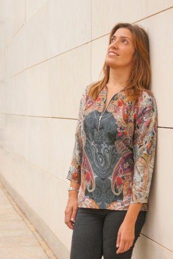 BLUSA CREMALLERA ESTAMPADA: Blusa con cremallera en el escote de manga francesa. Estampada con tonos negros y rojos. Composición: 100%poliéster