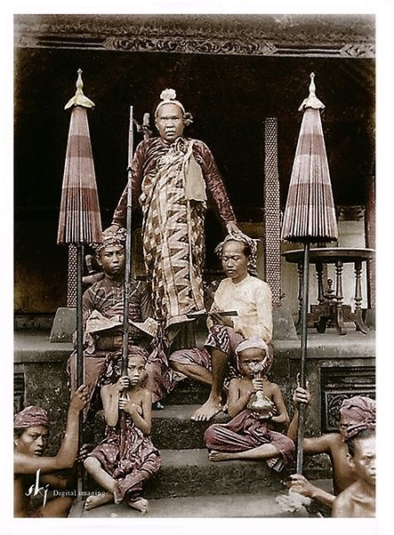 Dewa Manggis VIII, the Raja of Gianyar/Bali, with his district chiefs, ca 1900