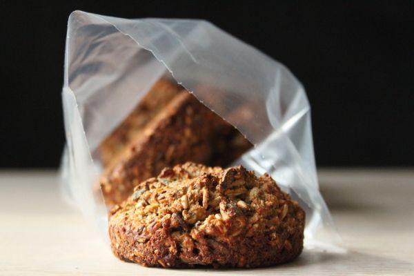 Tøm køkkenskuffen for kerner og bag de her mini-rugbrød. De er sprøde og søde, fordi der er honning i, og alle de mange kerner er dejlige at tygge på. Vi kommer til at bruge dem som snack og som læ…