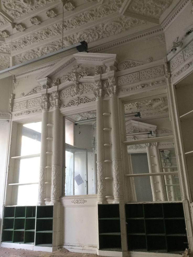 Exceptionnel intérieur de pharmacie ( Début XIXème ) en bois peint . Sculptures en stuc , plomb et bois . Environ 12 mètres linéaires .