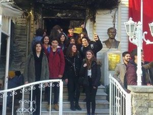Öğrencilerden Müjdat Gezen Sanat Okulu'na dayanışma ziyareti