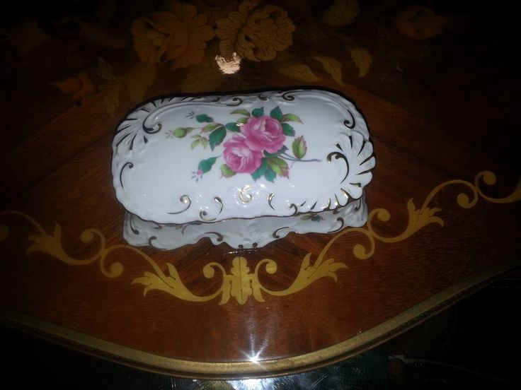 Spode, Elegant and delightful floral pattern lidded trinket box of the highest quality