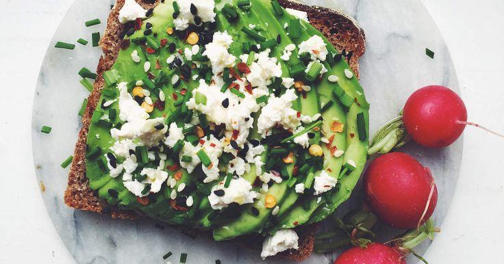 Supersnabb macka med avokado, fetaost, chiliflakes och gräslök.